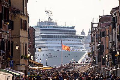 Blick von der Via Giuseppe Garibaldi auf riesiges Kreuzfahrtschiff vor Venedig II - p1493m1585632 von Alexander Mertsch