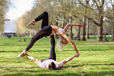 Young couple doing yoga acrobatics in an urban park - p300m2103218 by Javier Sánchez Mingorance
