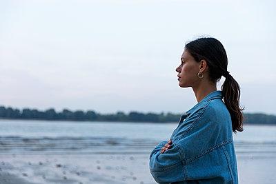Frau an der Elbe - p341m2210460 von Mikesch