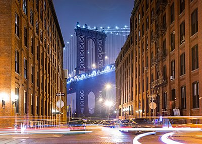 Manhattan Bridge and city apartments at night, New York, USA - p429m1095383f by Henglein and Steets