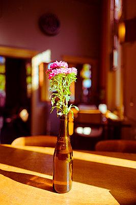 Blumendekoration auf Holztisch - p432m2037832 von mia takahara