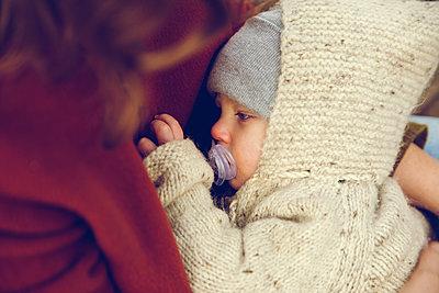 Herbstspaziergang, Mutter mit Kind - p904m1193469 von Stefanie Päffgen
