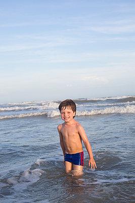 Kind im Meer - p1308m2126694 von felice douglas