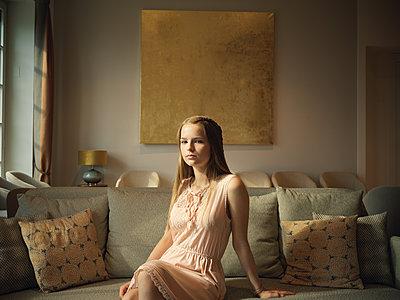 Teenager sitzt auf einem Sofa - p1376m2107371 von Melanie Haberkorn