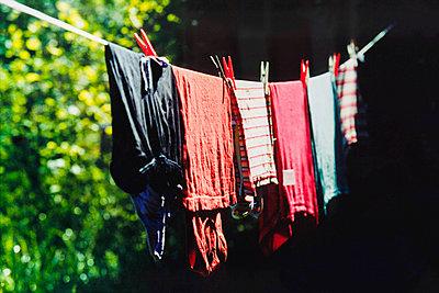 Wäsche auf der Leine - p1418m1571193 von Jan Håkan Dahlström