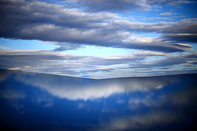 Spain, Castilla y Leon, Province of Zamora, Reserva natural de Lagunas de Villafafila, water reflection and clouds - p300m2004642 von David Santiago Garcia