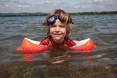 Junge mit Schwimmflügel - p731m855196 von Volker Ramspott
