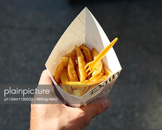 Pommes Frites in der Hand  - p1124m1150032 von Willing-Holtz