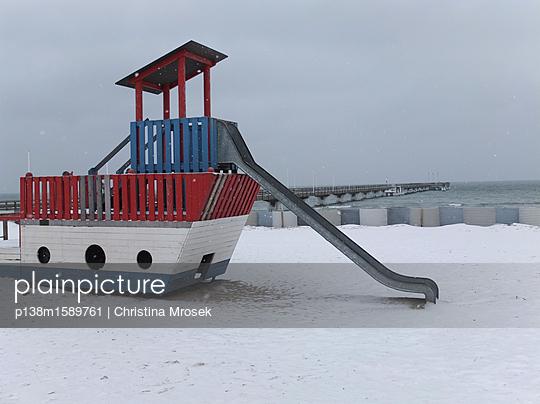 Spielplatz im Winter - p138m1589761 von Christina Mrosek