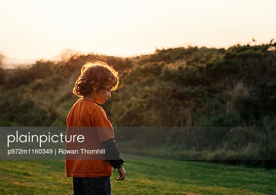 Junge auf einer Wiese - p972m1160349 von Rowan Thornhill