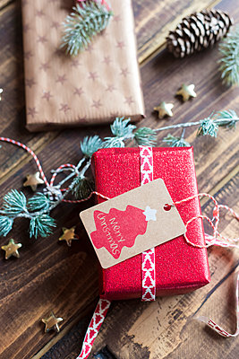 Christmas decoration and wrapped presents on wood - p300m1189071 by Sandra Roesch