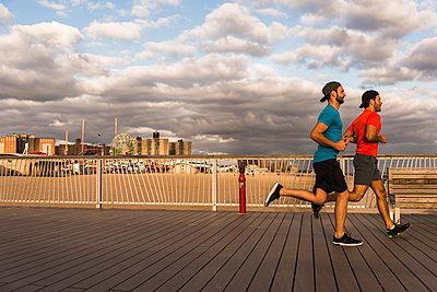 USA, New York City, two men running on Coney Island - p300m1192364 by Uwe Umstätter