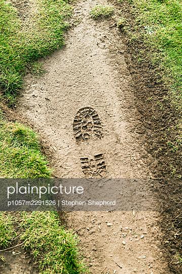 Fußabdruck im Matsch - p1057m2291526 von Stephen Shepherd