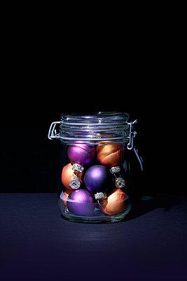 Christmas baubles in jar - p1149m2126886 by Yvonne Röder