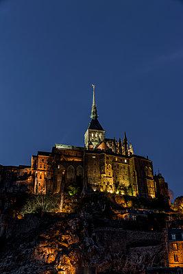 Le Mont Saint Michel bei Nacht - p248m1516168 von BY
