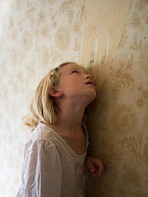 Girl leaning against wall - p945m1466053 by aurelia frey