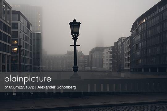 Hamburg im Nebel - p1696m2291372 von Alexander Schönberg