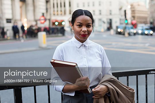 UK, London, portrait of smiling businesswoman - p300m1581722 von Mauro Grigollo