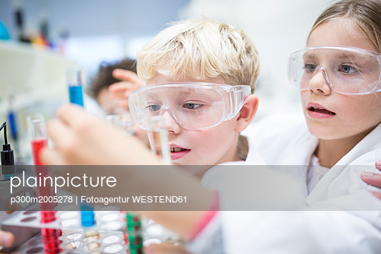 Pupils in science class experimenting with liquids in test tubes - p300m2005278 von Fotoagentur WESTEND61