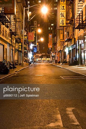 Plainpicture Plainpicture P5690112 Empty Street At Night Chin Plainpicture Jeff Spielman