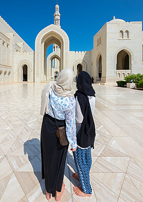 Oman, Muscat, Sultan Qaboos Grand Mosque, two female tourists with headscarf - p300m1188738 by Martin Moxter