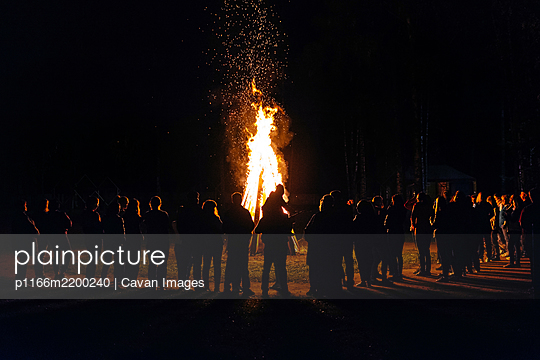 A lot of people have a night fire in the summer - p1166m2200240 by Cavan Images