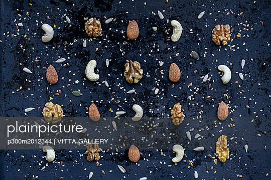 Arrangement of various nuts and seeds - p300m2012344 von VITTA GALLERY