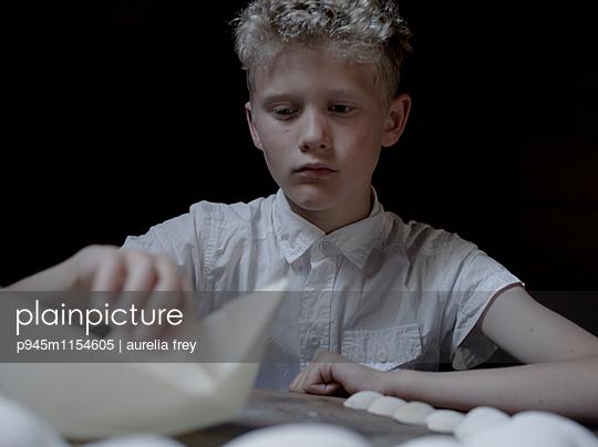 Junge spielt mit einem Papierboot - p945m1154605 von aurelia frey
