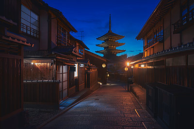 Yasaka pagoda in Kyoto at night. Japan. - p1166m2078255 by Cavan Images
