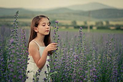 Mädchen auf einer Blumenwiese - p1432m1496457 von Svetlana Bekyarova