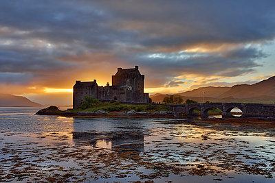 United Kingdom, Scotland, Loch Duich and Loch Alsh, Kyle of Lochalsh, Eilean Donan Castle in the evening - p300m2043112 von Martin Rügner