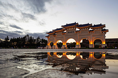 Taiwan, Taipei, Chiang Kaishek memorial grounds, Freedom Square Memorial arch - p652m1166900 by Christian Kober