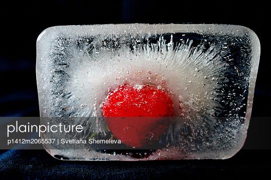 Gefrorene Erdbeere in einem Eiswürfel - p1412m2065537 von Svetlana Shemeleva