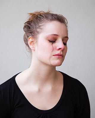 Weinende junge Frau - p1008m1169071 von Valerie Schmidt