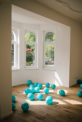 Balloons on parquet flooring - p586m1064894 by Kniel Synnatzschke