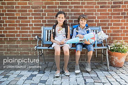 Zwei Kinder auf Bank mit Schultüte - p1230m1042632 von tommenz