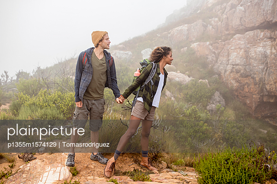 Junges Paar auf einer Wanderung in den Bergen - p1355m1574129 von Tomasrodriguez