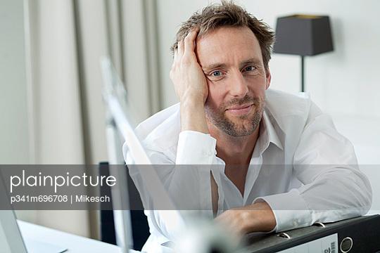 Büroarbeit - p341m696708 von Mikesch