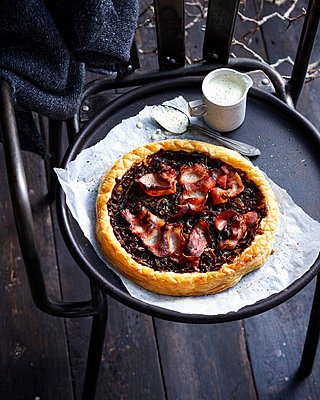 Bacon and onion tart with cream - p429m1450595 by BRETT STEVENS