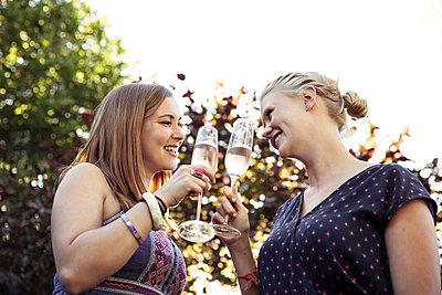 Rosèsekt trinken - p788m823797 von Lisa Krechting