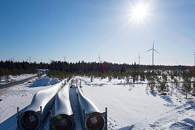 Rotorblätter lagern in Winterlandschaft - p1079m1042411 von Ulrich Mertens