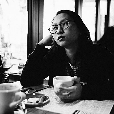 Asian Woman in a Cafe, portrait - p1616m2187757 by Just - Schmidt