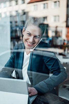 Deutschland, NRW, Essen, Cafè, Business, Corona, Lockdown, Frau, 31 Jahre, Unternehmerin - p300m2282077 von Joseffson