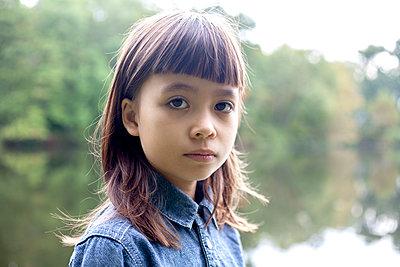 Little Girl Portrait, Outdoor - p463m1203650 by Yo Oura