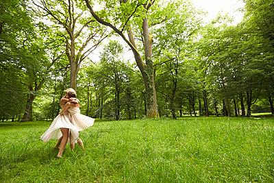 Ballett auf der Wiese - p888m956281 von Johannes Caspersen
