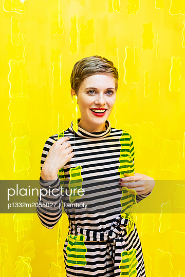 Frau vor einem gelben Hintergrund - p1332m2055027 von Tamboly
