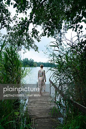 Woman by lake - p427m2109555 by Ralf Mohr