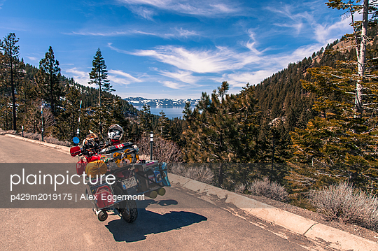 Touring bike by roadside, enroute between Reno and Lake Tahoe, Nevada, USA - p429m2019175 by Alex Eggermont
