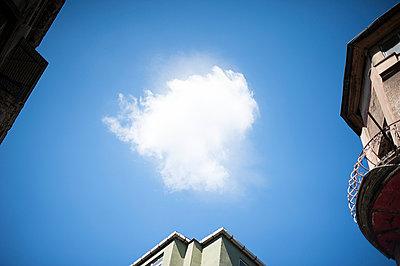 Blue sky - p1007m886827 by Tilby Vattard