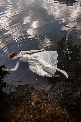 Totes Mädchen im Fluss - p1019m2107472 von Stephen Carroll